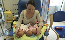 Sinh ba rất hiếm nhưng bà mẹ này còn có 3 con trai vô cùng đặc biệt, 200 triệu ca sinh mới có 1