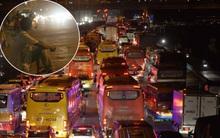 Hà Nội: Cao tốc trên cao tắc nghẽn kéo dài hàng km, người dân vạ vật chờ xe về quê giữa đêm