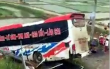 Phú Thọ: Xe khách 45 chỗ lao xuống đường gom, 13 người gặp nạn
