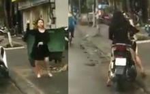 Clip xôn xao: Người phụ nữ chửi bới, cầm gạch tương thẳng kính chắn gió ô tô vì tiếng còi xe