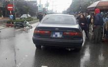 Ô tô biển xanh va chạm với xe máy, một phụ nữ bị hất văng hơn chục mét
