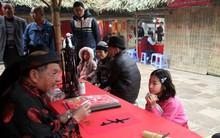 Hà Nội: Nhiều gia đình đưa con em đến phố Ông Đồ xin chữ trước thềm năm mới