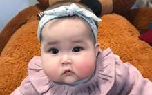 Em bé Hà Nội xinh như búp bê với đôi má bánh bao ai nhìn cũng muốn… cắn