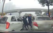 Hà Nội: Bất bình do kẹt xe, hai tài xế xuống đấu võ ngay giữa đường