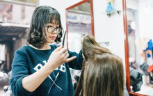 Ngày 30 tháng Chạp bận tối mắt ở một tiệm tóc Hà Nội, nghe bà chủ trải lòng về nghề