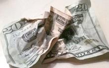 Giáo viên hỏi cả lớp ai muốn lấy tiền, học sinh hăng hái giơ tay nhưng cô lại vò tiền rồi ném xuống đất