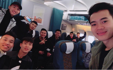 Các cầu thủ U23 đua nhau check-in trên chuyến bay vào Sài Gòn, chuẩn bị
