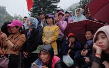 Hàng nghìn du khách mặc áo mưa, che ô đổ về xem khai hội chùa Hương