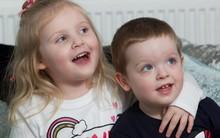 Mất khả năng đi lại, nói chuyện vì viêm não, bé gái 4 tuổi bỗng hồi phục nhờ em trai