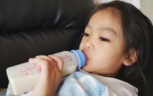 Các bác sĩ cảnh báo: Sữa công thức chứa quá nhiều đường và không cần thiết cho trẻ biết đi