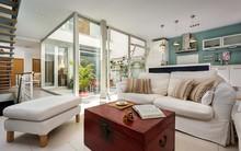 Tạo hẳn một giếng trời rộng 25m² khi thiết kế nhà, cặp vợ chồng này khiến ai cũng phải kinh ngạc