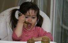 Bố mẹ tuân thủ điều quan trọng này, trẻ sẽ dễ dàng tự xúc ăn được từ nhỏ