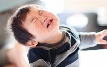 Để con không mè nheo, lề mề lúc ngủ dậy, bố mẹ tuyệt đối không nên làm những điều này trước khi con đi ngủ