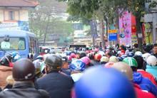 Cận Tết nguyên đán, Hà Nội ùn tắc kinh hoàng từ ngõ ra phố, người dân vác cả xe qua dải phân cách