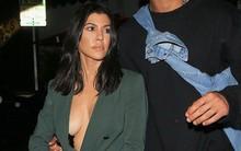 Dán băng keo để ngực không chảy xệ, chị cả nhà Kardashian bị hớ hênh khi hẹn hò