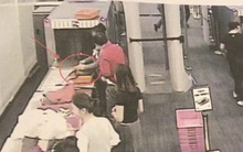 Cận cảnh nhân viên an ninh sân bay trộm tiền trong túi hành lí của khách