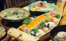Chuẩn bị đưa đũa gắp thì miếng sushi bỗng động đậy