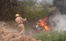 Clip: Không xin được xe vi phạm giao thông, người đàn ông trung tuổi châm lửa đốt xe
