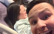 """Chồng tí tởn chụp ảnh selfie lúc vợ tái mặt đau đẻ còn khoe lên mạng, ai cũng lo lắng cho """"tính mạng"""" của anh sau đó"""