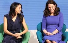 """Cùng dự sự kiện, Meghan Markle """"chơi trội"""" hơn công nương Kate Middleton khi diện hẳn váy đắt gấp 10 lần"""
