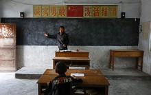 Dù nắng hay mưa, giáo viên này vẫn tận tụy đến trường để dạy cho 1 học sinh duy nhất