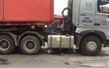 Nữ công nhân gào thét kêu cứu khi bị xe container cuốn vào gầm