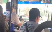 Tài xế vừa lái xe buýt, vừa lướt web điện thoại khiến nhiều hành khách bức xúc