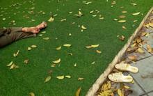 Bức ảnh người bán hàng rong ngủ trưa ở công viên trẻ em, không quên bỏ dép ngoài khiến dân mạng thích thú