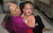 Nghệ An: Nghi vấn bé trai 2 tuổi bị cha dượng bạo hành khiến mặt mũi sưng phù, bầm tím