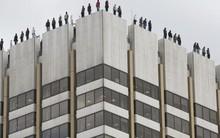 84 người bịt kín mặt đứng trên nóc nhà cao tầng, ai nhìn qua cũng nghĩ họ tự tử nhưng sự thật vô cùng cảm động