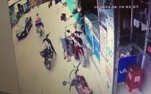 Clip: Côn đồ dí dao dọa cô gái, cướp điện thoại giữa ban ngày ở Sài Gòn