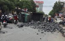 Đánh lái để tránh tông phải 2 cô gái bị ngã, xe tải chở đá đâm liên tiếp vào 2 ô tô rồi lật nghiêng xuống đường
