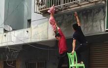 Bé gái 3 tuổi bị kẹt đầu ở song sắt ban công, toàn thân lơ lửng giữa không trung