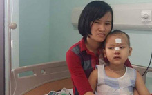 Không có tiền, mẹ nuốt nước mắt ôm con gái 6 tuổi bị ung thư đi ở trọ gần bệnh viện cứ đến giờ lại đưa con vào tiêm, truyền