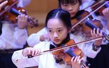 Thần thái 'không đùa được đâu' của bé gái từng được mệnh danh là 'tiểu Châu Tấn' khi trình diễn violin