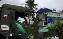 Vụ cảnh sát đánh đu phía trước, xe tải vẫn chạy: Do lái xe không tắt máy và bị trượt phanh
