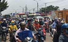 TP.HCM: Một người phụ nữ bị xe khách tông chết, người dân hiếu kỳ kéo đến xem khiến quốc lộ 13 kẹt cứng