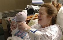 Khi y tá đưa đứa con 1 ngày tuổi trở lại phòng và báo cáo những điều bác sĩ đã làm, bố mẹ như chết đứng