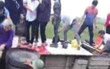 Thanh Hóa: Hàng chục hành khách đập kính chui ra từ xe buýt lật dưới vũng bùn