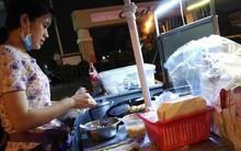 Cô gái bán xôi chiên 5 ngàn tặng kèm áo mưa miễn phí giữa cơn mưa đêm bất chợt khiến ta thêm yêu Sài Gòn