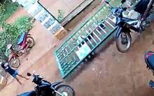 Hình ảnh '2 em bé bị cửa sắt đổ sập lên người khi đang đu bám chơi đùa' được các bậc phụ huynh chia sẻ mạnh trên MXH