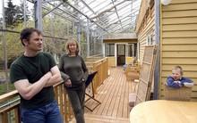 Rào kính toàn bộ ngôi nhà, cặp vợ chồng khiến ai cũng ngưỡng mộ trước tuyệt tác vừa đẹp vừa tiện lợi lại tiết kiệm