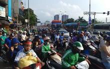 Đường phố chật ních, bến xe kín người rồng rắn trở về Thủ đô sau kỳ nghỉ dài