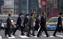 Người đàn ông Nhật ăn mặc bảnh bao sẵn sàng trả tiền hậu hĩnh cho nam sinh làm việc kì lạ này