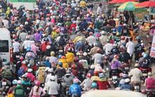Người dân miền Tây đội nắng, chen chúc nhau tay xách nách mang trở lại Sài Gòn sau nghỉ lễ