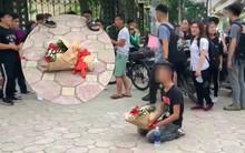 Anh chàng vứt hoa bỏ về sau 2 tiếng quỳ gối chờ bạn gái trước cổng trường Nhạc Viện Hà Nội