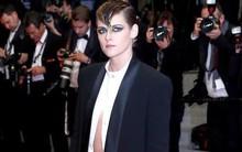 Nổi bật giữa các sao nữ, Kristen liên tục phá luật Cannes, hết đi chân trần lại mặc quần nam tính trên thảm đỏ