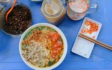 Đậm đà hương vị quán bún riêu cua truyền thống hơn 20 năm núp mình trong cầu thang nhỏ phố Huỳnh Thúc Kháng
