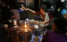 Giữa Sài Gòn hoa lệ, có một quán chè bán đêm hơn 40 năm nay vẫn thắp sáng bằng đèn dầu