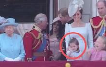 """Công chúng lại tan chảy trước điệu bộ vẫy tay hết sức đáng yêu của Công chúa Charlotte được """"copy"""" 100% từ Nữ hoàng"""